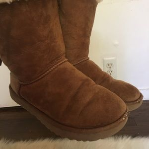 Tan Bailey Bow Uggs (Mid Rise)